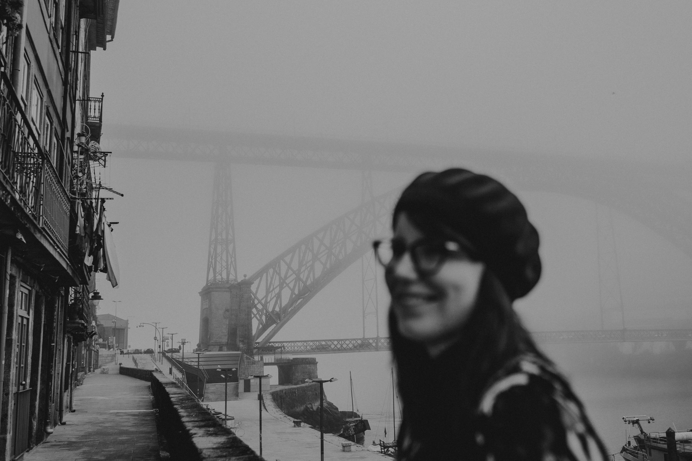 Portrait à Porto au Portugal avec le Pont Dom-Luis dans le brouillard